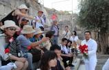Efes ziyaretçilerine Dünya Barış Günü karanfili