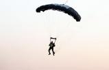Hayko Cepkin dediğini yaptı! Uçaktan paraşüt ile atlayarak sahneye indi