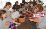 Seferihisar'da öğrenciler hem dikecek hem yiyecek!