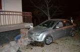 Otomobil evin balkonuna çarptı