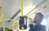 Belediye otobüsünde dans eden genç gülümsetti