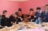Sınır köyündeki öğrencilere pizza sürprizi