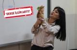 Öğretmen, öğrencilerin sokakta bulduğu kedileri sahiplendiriyor