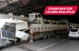 İzmir'de dorsesinde kamyon taşıyan tır, alt geçitte sıkıştı