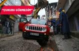 İzmir'de bir cip yağmur suyuyla dolan çukura düştü