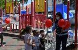 Demirci'de çocuklara balon hediye edildi