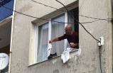 Karabağlar'da yaktığı kıyafetleri pencereden attı!