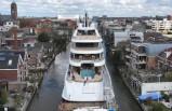 Hollanda'da 94 metrelik lüks yat dar kanaldan böyle geçti