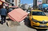 Taksi simit tezgahına daldı; kaza anı kamerada