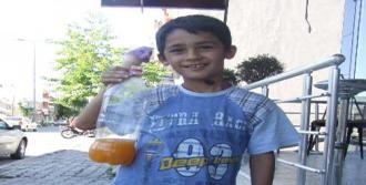 Okul Harçlığı İçin Limonata Satıyor