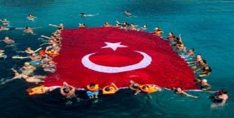 Denizde Dev Türk Bayrağı