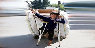 Suriyeli Ali Tek Bacağıyla Kağıt Topluyor