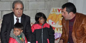 Milletvekili Tayyar Çocuklara Kaban Dağıttı