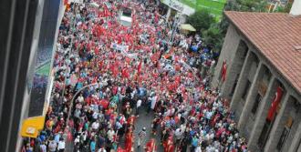 Demokrasi Yürüyüşüne 10 Bin Kişi Katıldı