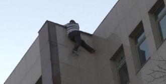 Hastanenin Çatısına Çıktı