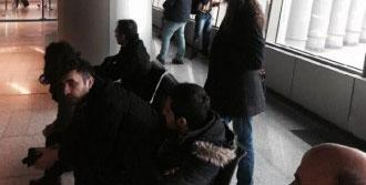 Türk Yolcular Havaalanında Bekletiliyor