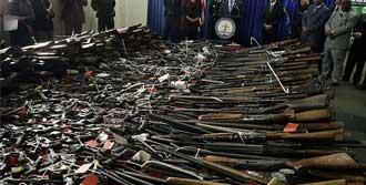 Silahlarını Teslim Ediyorlar