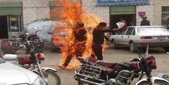 Tibetli İki Rahip Kendini Yaktı