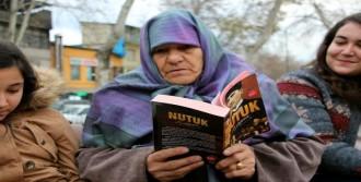 Torunlarıyla Açık Havada Kitap Okudu