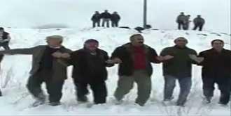 Halaylı Kar Kutlaması