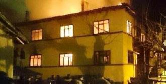 4 Ailenin Oturduğu 2 Katlı Bina Yandı