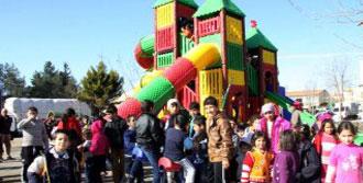 Parka Kurulan Oyuncaklara Akın Ettiler