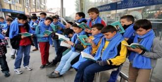 90 Öğrenci Tramvayda Kitap Okudu