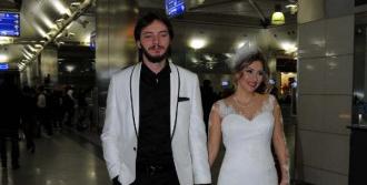 Sevgililer Gününde Evlendiler, Balayına Gelinlik Ve Damatlıkla Gittiler