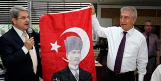'Atatürk'lü Bayrak Asın' Çağrısı