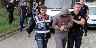 Polis Baskınında Esrarı Klozete Attılar