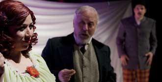 'Sevgili Doktor' Tiyatro Sahnesinde