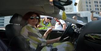Adana'da Kurallara Uyan Sürücülere Karanfil