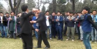 Afgan Gençler Kolbastı İle Coştu