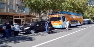 AK Parti'nin Seçim Otobüsü 4 Araca Çarptı