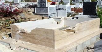 Alanya'da 3 Mezar Parçalandı