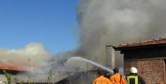 Altı Saman Deposu Olan İki Katlı Evde Yangın