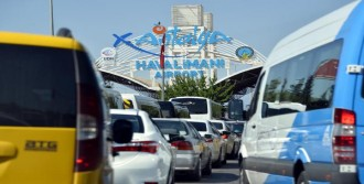 Antalya'da Havalimanı Yolunda Dönüş Kuyruğu