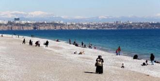Antalyalı Çocuklar Sahilde Oynadı