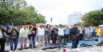 Antikapitalistler Gezi'de Cuma Namazı Kıldı