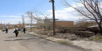 Ardahan'da Fırtına Çatıları Uçurdu