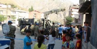 Askeri Araç Binanın İstinat Duvarının Üzerinde Askıda Kaldı
