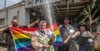 Eşcinsel Evliliklere 'Evet' Dedi