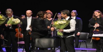 Bağlamanın Orkestra İle Dansı Büyüledi