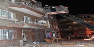 Balkon Çökünce Binadakiler Tahliye Edildi