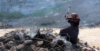 Balyoz Sallayarak Topladığı Demirleri Satıyor