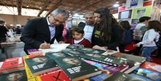 Başkan Akpınar Kitabını İmzaladı