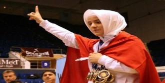 Başörtülü Şampiyon Kıza 'Yılın Sporcusu' Ödülü