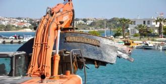 Batık Kaçakçı Teknesi Parça Parça Çıkarılıyor