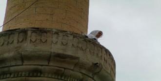 Minareye Çıkan Kadın İntihara Kalkıştı
