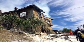 Bolu'da 2 Katlı Ahşap Ev Yandı
